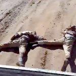 【衝撃映像】殺した2人の敵兵を車で引きずり回すシリアの兵士たち。