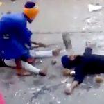目隠し状態で地面に寝そべった男性の身体以外をハンマーで叩くパフォーマンス中、普通に頭を叩いてしまうアクシデント。