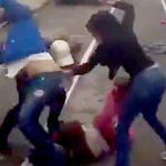左腕がない女性、3人の女性から袋叩きにされてしまう。