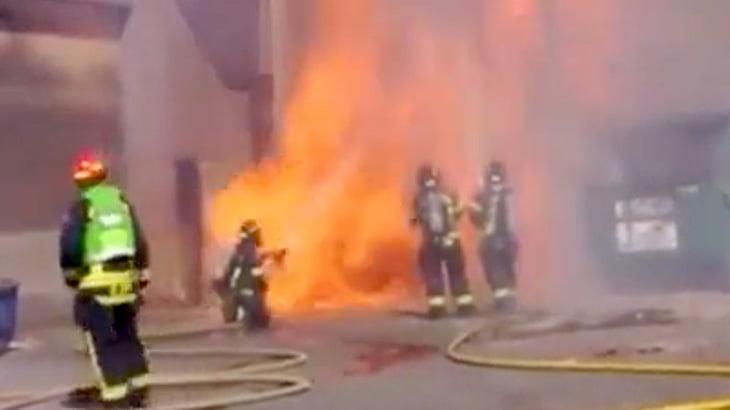 【衝撃映像】突然の大爆発に巻き込まれてしまう消防隊員。