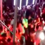 ナイトクラブの階段に大勢が集まってしまった結果、手すりが壊れて数十人が転落・・・。