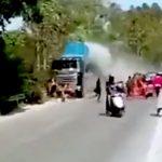 【衝撃映像】結婚式を祝うパレードの列に暴走トラックが突っ込み人を轢き殺してしまう・・・。