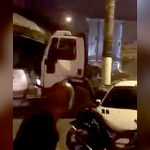 【衝撃映像】ムカつく奴の車をトラックで破壊するマッド野郎。