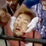 【閲覧注意】フェンスにアゴが刺さった状態で死んでしまった男のグロ動画・・・。