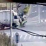 【衝撃映像】10人くらい乗せた三輪バイクがトラックと衝突して人が弾き飛ぶ事故映像。