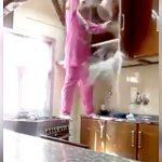 めちゃくちゃ大胆にキッチンを掃除する女性。