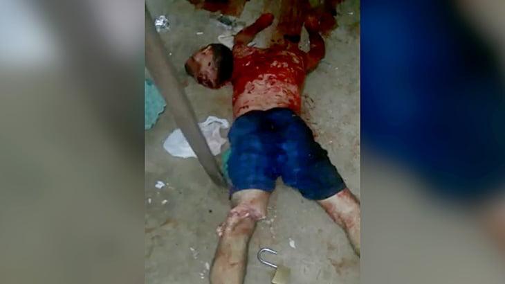【閲覧注意】鉄パイプで脚を切断されてしまう囚人男性のグロ動画・・・。