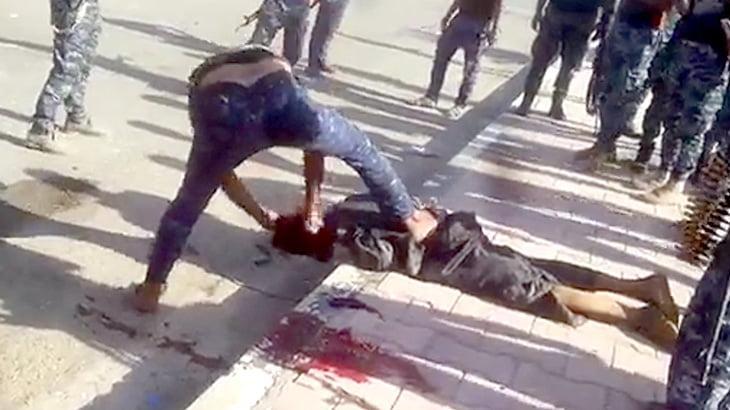 【閲覧注意】すでに死んでいる男性の首をナイフで切断するISIS。