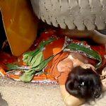 【閲覧注意】トラックに身体をグチャグチャにされて死亡した女性のグロ動画・・・。
