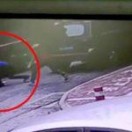【衝撃映像】女性と話していた男が突然、走行中のバスの下に潜り込んで自殺する瞬間。