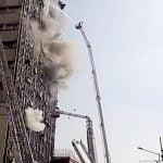【衝撃映像】火災が発生したビルを消火中、とつぜん建物が崩壊する瞬間。
