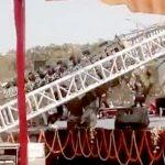 【衝撃映像】大学で行われたイベント中、鉄柱が倒壊して男性が潰されてしまう・・・。