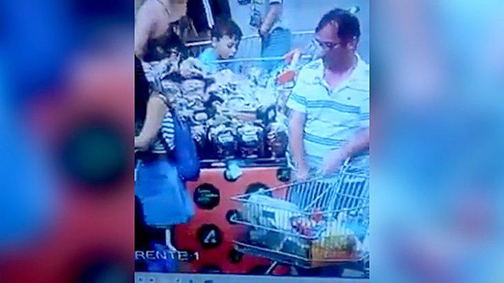スーパーマーケットで女の子のスカートを下から覗く変態野郎。