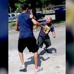 健常者と殴り合いの喧嘩をする小人症の男性、意外と強い。