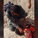 【閲覧注意】殺害したISISの男の首をナイフで切断する兵士たちのグロ動画。