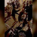 【衝撃映像】ストリートファイト中、背中をナイフで刺されてしまう男。
