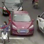 道路に飛び出した小さな男の子、車に轢かれてしまう・・・。