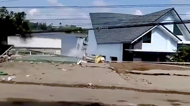【衝撃映像】湖畔に建てられた16戸の家が倒壊する瞬間。