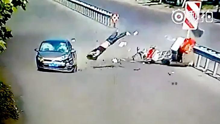 【衝撃映像】対向車に一直線に向かい衝突してしまった迷惑すぎるトラクター・・・。