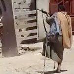 杖をつきながら銃撃戦に参加する片足の兵士。