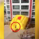 【衝撃映像】高層ビルから飛び降り自殺した男性、エアバッグに落ちるも死んでしまう・・・。