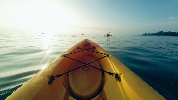 【閲覧注意】カヤックを漕いでたら偶然浜辺で死体を見つけたグロ動画。