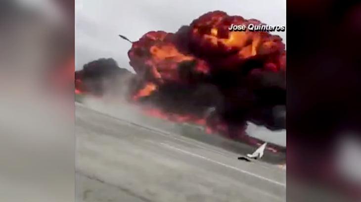 【衝撃映像】高速道路のすぐ脇に不時着して炎上する小型飛行機。