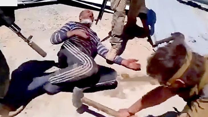 【閲覧注意】手と足の指をハンマーで叩き潰すロシアの兵士たち。