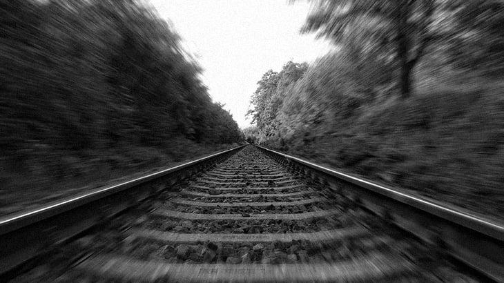 【閲覧注意】列車に轢かれてなんだかよく分からない姿に変わり果てた男のグロ動画。