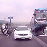 【衝撃映像】高速道路で暴走したバスが玉突き事故を起こす瞬間。