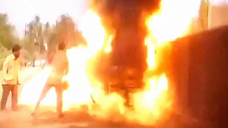 男さん「バイクが燃えてる!水かけなきゃ!」→ 大爆発。