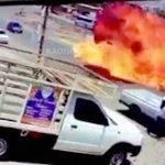 【衝撃映像】ガソリンを積んだトラックが転倒した結果 → 大炎上・・・。