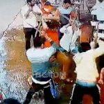 【閲覧注意】大勢の男たちにマチェーテで斬られて殺された男のグロ動画。