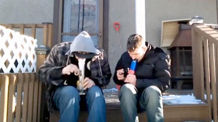 ハーブを吸ってバットトリップしてしまった男たちの5分間映像。