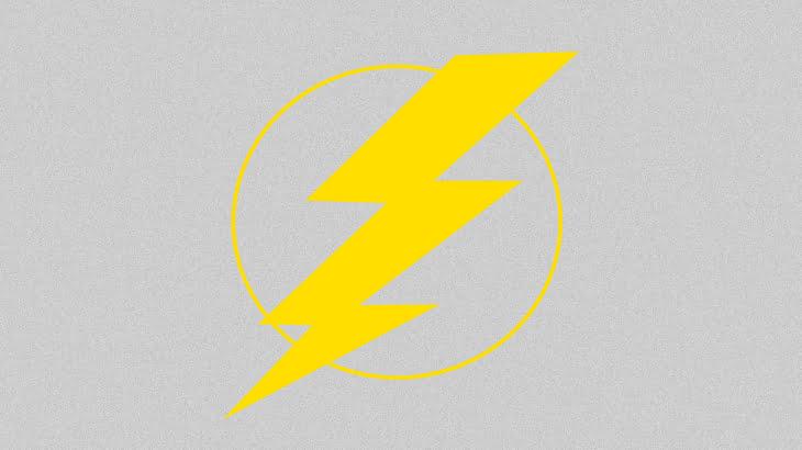 【衝撃映像】普通に道を歩いていた女性、高電圧ケーブルを踏んで感電してしまう・・・。