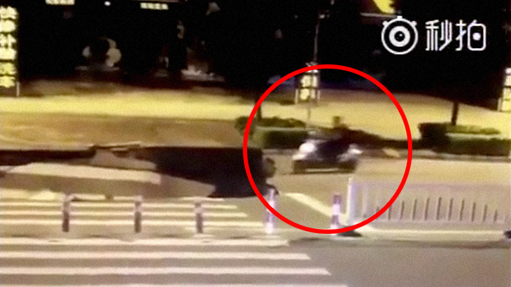 【衝撃映像】突然道路が陥没し、バイクが気付かず転落してしまう瞬間。