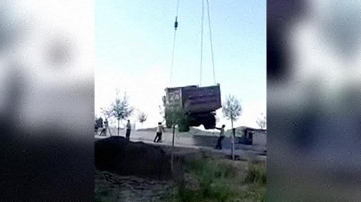 トラックをクレーンで吊り上げていたらフックが外れて男性が下敷きになってしまうアクシデント映像。