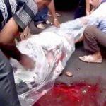 【閲覧注意】事故死した死体を隠しながら回収するも割れた頭がチラ見えするグロ動画。