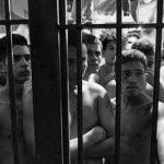 【超!閲覧注意】切断した頭でサッカーを始めてしまう囚人たちのグロ動画。