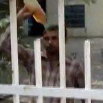 【衝撃映像】警察署の前で焼身自殺をはかる男。