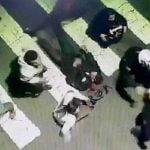 【衝撃映像】事故で怪我をした男性を介抱する若者たち、猛スピードの車に轢かれてしまう・・・。