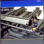 長い鉄材に押しつぶされてしまった工場の作業員。
