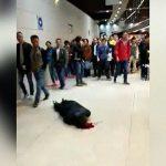 【中国】地面に倒れ血を流し痙攣する人間を誰も助けようとしない・・・。
