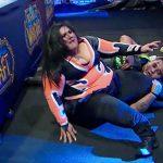 巨漢女性プロレスラーさん、リング外へジャンプして右脚を骨折してしまう。