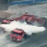 【中国】トラックの油圧シリンダが爆発。