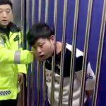 手錠されて鉄格子の部屋に入れられた男、イリュージョンを披露してしまう。