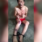 スタンガンと棒で虐待を受けて叫び声を上げる男性。