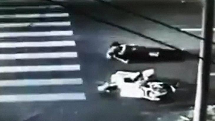 車に轢かれたバイカーさん、後続車にも轢かれて死亡する事故映像。