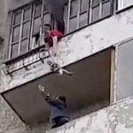 【閲覧注意】火事が起きた部屋から下の階へ避難しようとした女性、転落して死亡・・・。