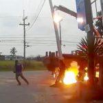 【衝撃映像】電柱を立てようとしていた作業員の男性、感電死してしまう・・・。